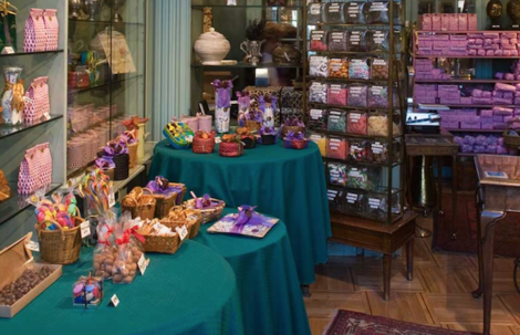 #6 non-touristy things to do in Madrid: an 1852 candy store-Bombonería La Pajarita-